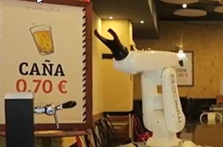 Un brazo robótico camarero sirve cervezas en Sevilla
